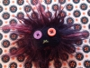 broche-monstre-noir-yeux-orange-violet